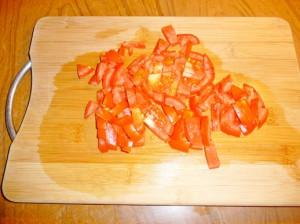нарезанные полосками помидоры