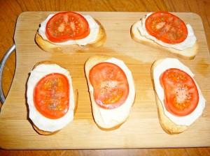 помидоры на капусте и тостах