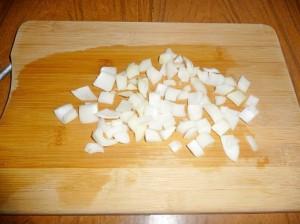 нарезаем кубиками репчатый лук
