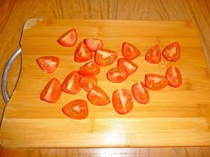 нарезать дольками помидоры черри