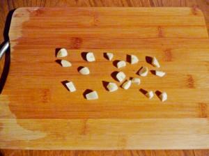 нарезать кубиками чеснок