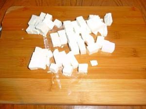 нарезать кубиками брынзу