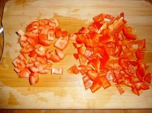 нарезать кубиками красный перец и помидор
