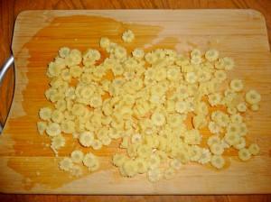 нарезать кукурузные початки кружками