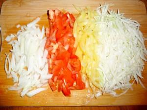 нашинковать лук, помидор, перец и капусту