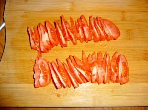 нарезать дольками помидор