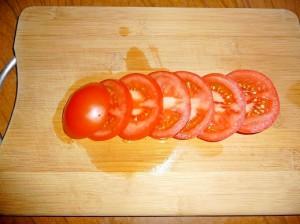 нарезать кружками помидор