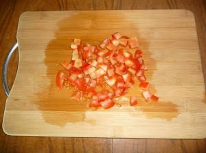 нарезать кубиками помидоры
