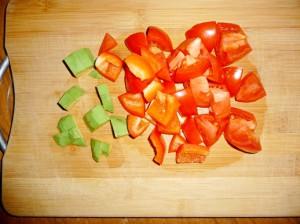нарезать крупно помидор, авокадо и перец