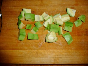 нарезать кубиками авокадо