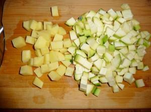 нарезать кубиками картофель и цуккини