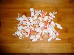 нарезать пластинками крабовые палочки