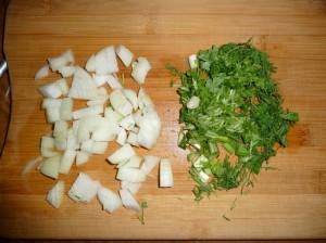 нарезать зелень и репчатый лук