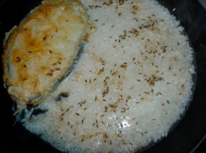 добавить рис к рыбе в кляре