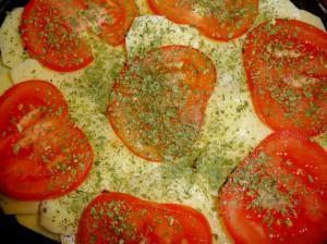 кружочки помидора на картофеле