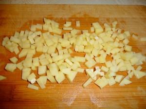 нарезать кубиками сырой картофель
